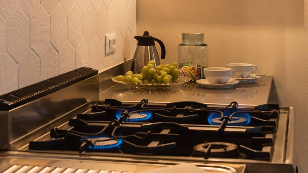 guest-house-acini-e-rose-montaleghe-foto-nuove-2020-acini-dorati-cucina-fornello