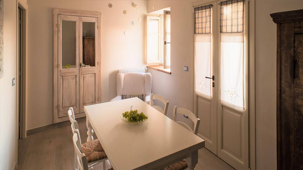 guest-house-acini-e-rose-montaleghe-foto-nuove-2020-rose-antiche-soggiorno