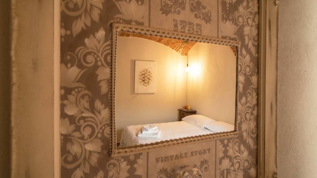 guest-house-acini-e-rose-montalenghe-acini-dorati-nord-camera-centrale-specchio