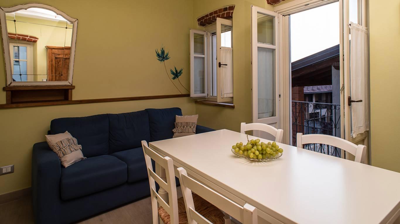 guest-house-acini-e-rose-montaleghe-foto-nuove-2020-acini-sparsi-soggiorno