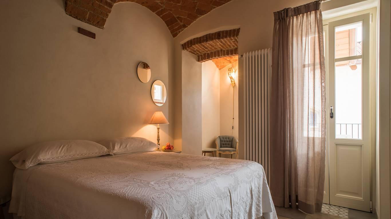 guest-house-acini-e-rose-montalenghe-acini-dorati-soffitto-nord-camera-est